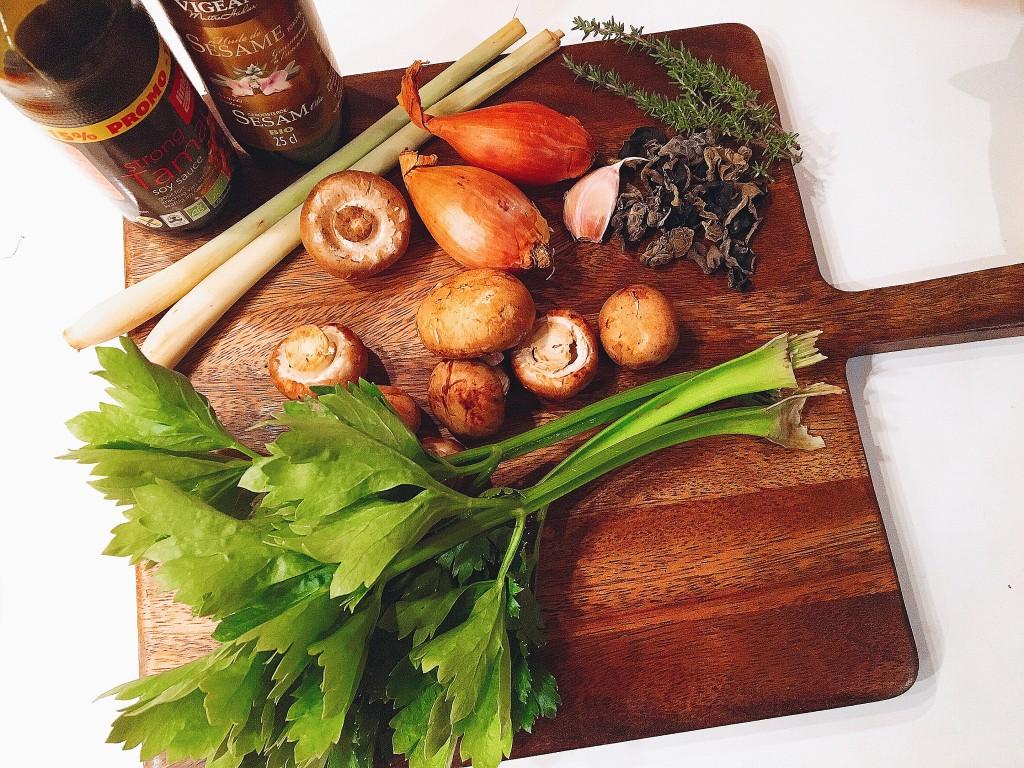 les ingrédients du bouillon citronnelle-céleri-champignons