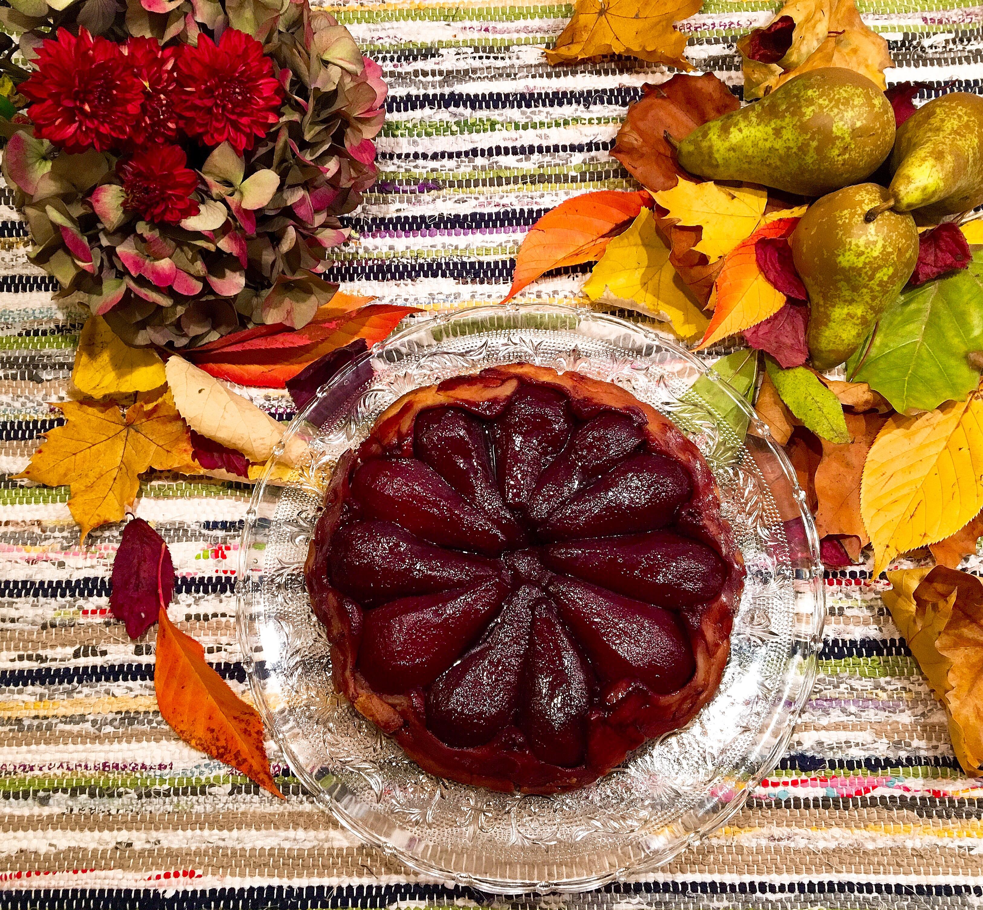 Tarte tatin aux poires marinées au vin rouge