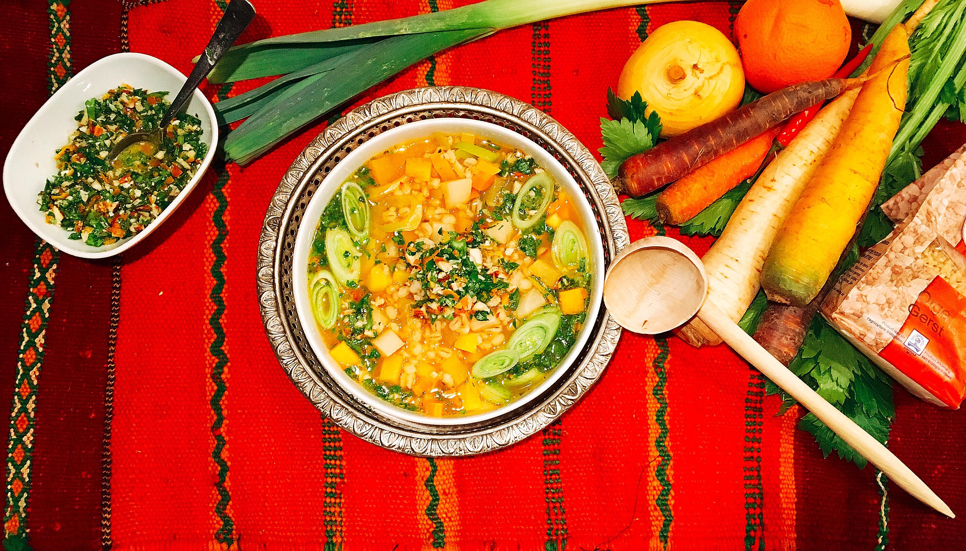 Chorba à l'orge et aux légumes d'automne, condiment oranges-amandes