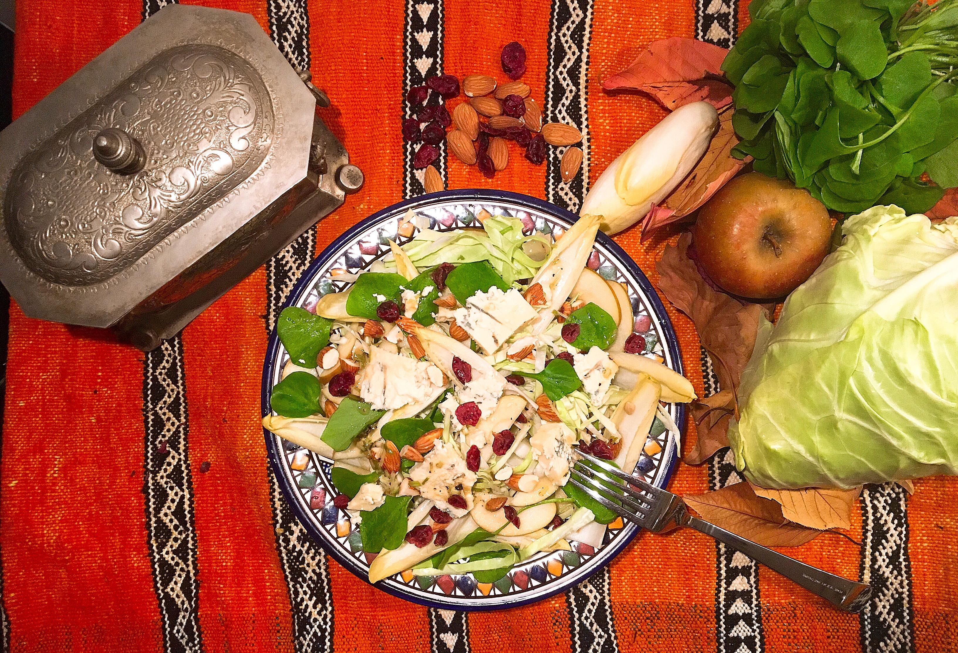 Salade de chicons au bleu, au chou , pommes , claytone et  fruits secs (mais sans excel dedans)