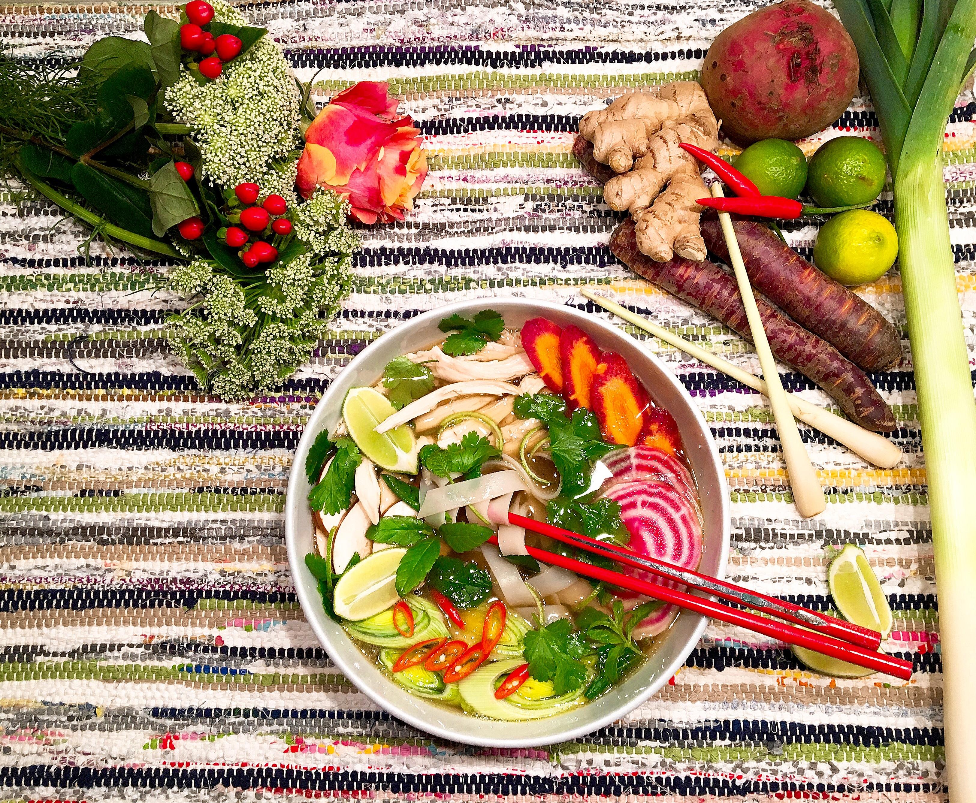 Bouillon façon pho vietnamien au poulet entier et aux légumes de saison