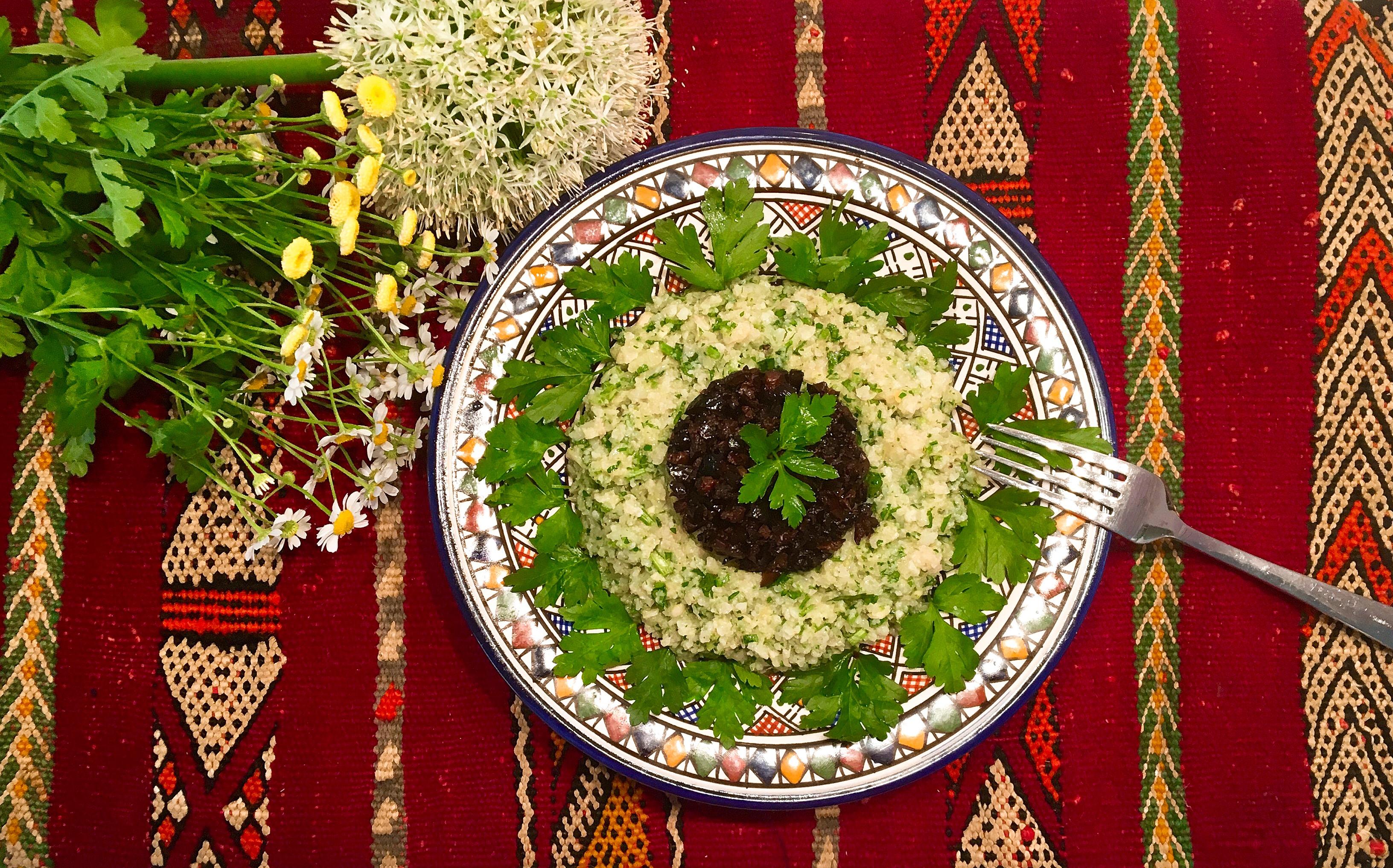 Za'alouk de chou-fleur au cumin et olives noires