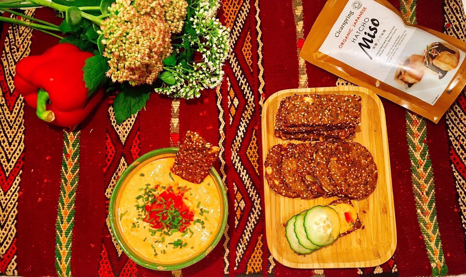 Miso toute! Crackers aux graines et au miso, houmous au miso et aux poivrons rouges