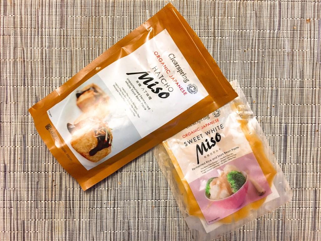 les deux misos utilisés: hatcho miso pour les crackers, miso blanc de riz pour le hoummous