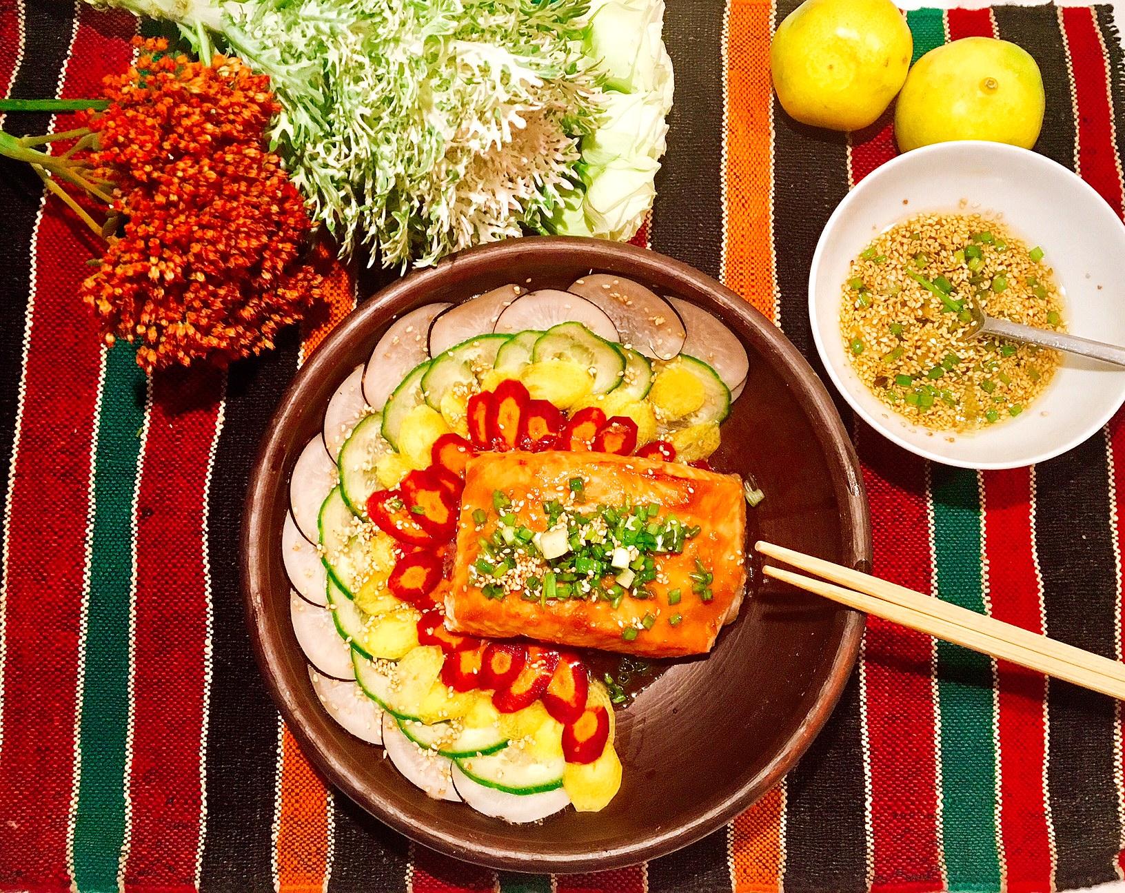 Saumon grillé au miso blanc, salade au radis noir