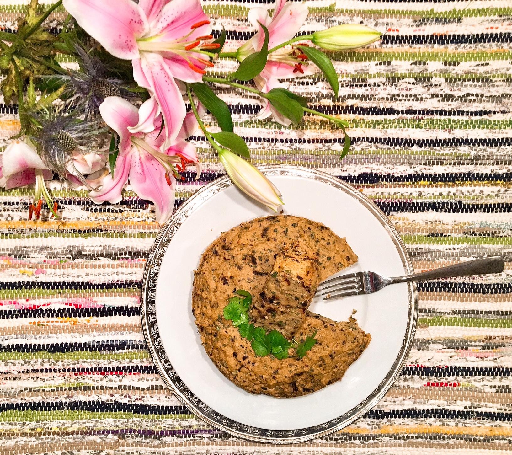 Maakouda (galette de pommes de terre) aux olives noires et aux herbes