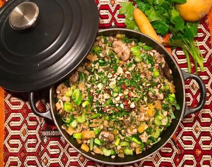 Pilaf d'orge mondé aux légumes de saison et aux noisettes