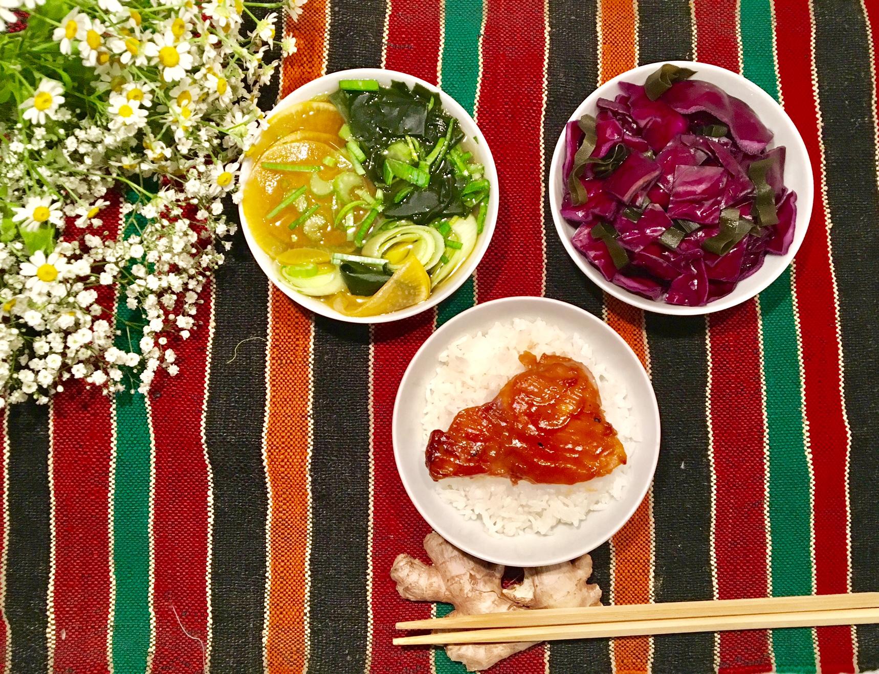 Tsukemono de chou rouge, poulet au miso et bouillon clair de navet au dashi