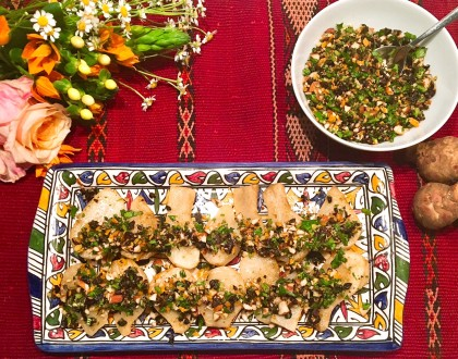 Topinambours rôtis au citron et au cumin, salsa aux olives noires