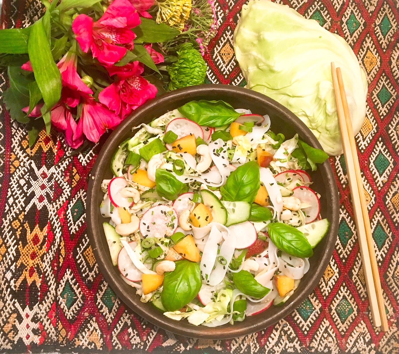 Salade de nouilles de riz au chou pointu et aux pêches, vinaigrette au lait de coco