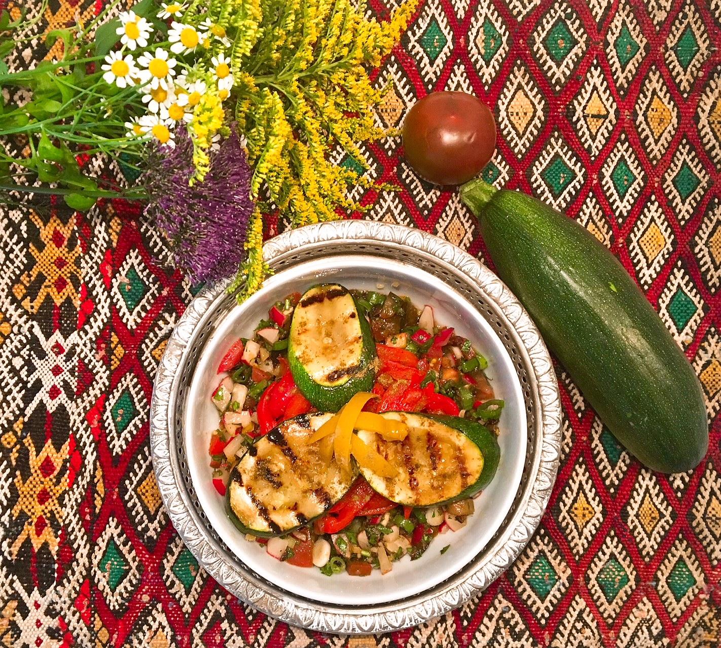 Salade de courgettes et de poivrons grillés au citron confit et aux petits légumes