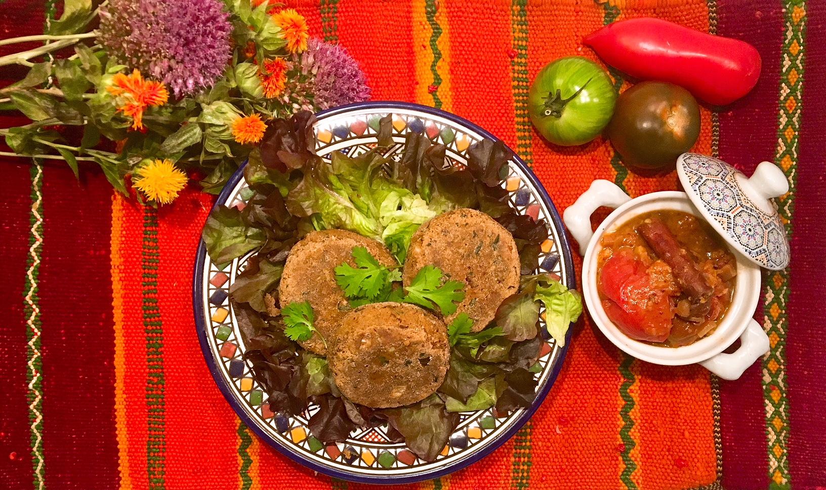 Chutney de tomates aux dattes et au piment, galettes aux haricots rouges