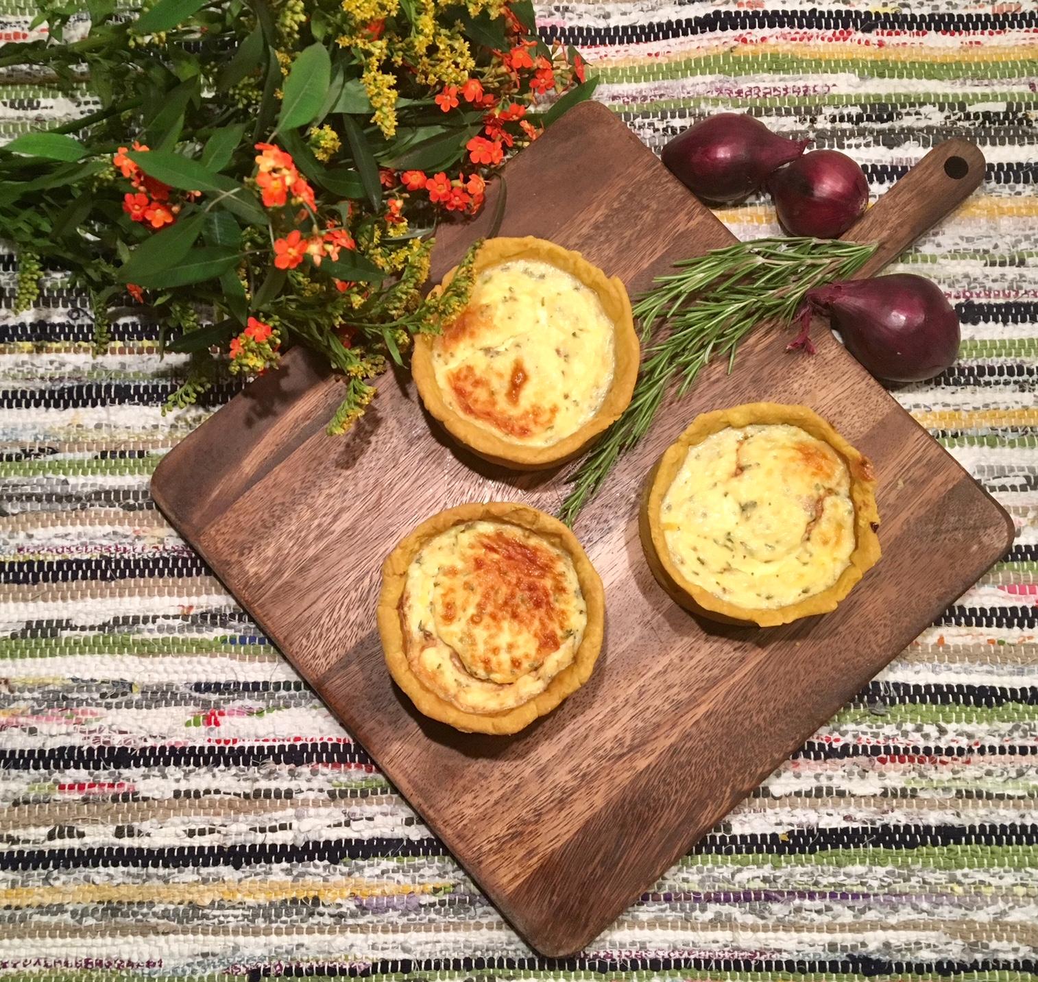 Tartelettes au chèvre et à la compotée d'oignons rouges au sirop de liège.