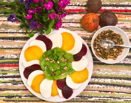 Salade de betteraves rôties à la mozzarella et au pourpier d'hiver, vinaigrette aux noix
