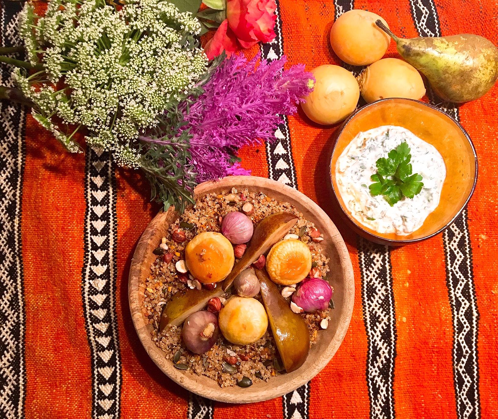 Quinoa à la dukkah, navets et poires rôtis, sauce au chèvre