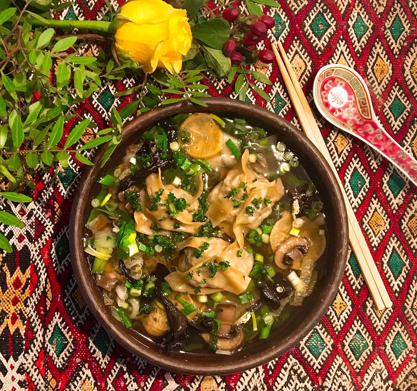 Wontons à la viande hachée et au chou vert, bouillon citronnelle-gingembre