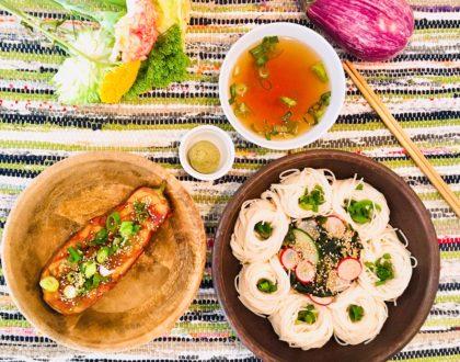 Aubergines laquées au miso, nids de nouilles froides au radis, algues et concombre