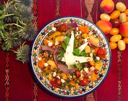 Épeautre sauté aux tomates rôties, abricots et noisettes