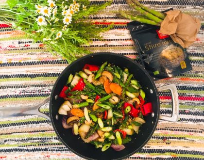 Wok d'asperges aux petits légumes, aux champignons et au miso