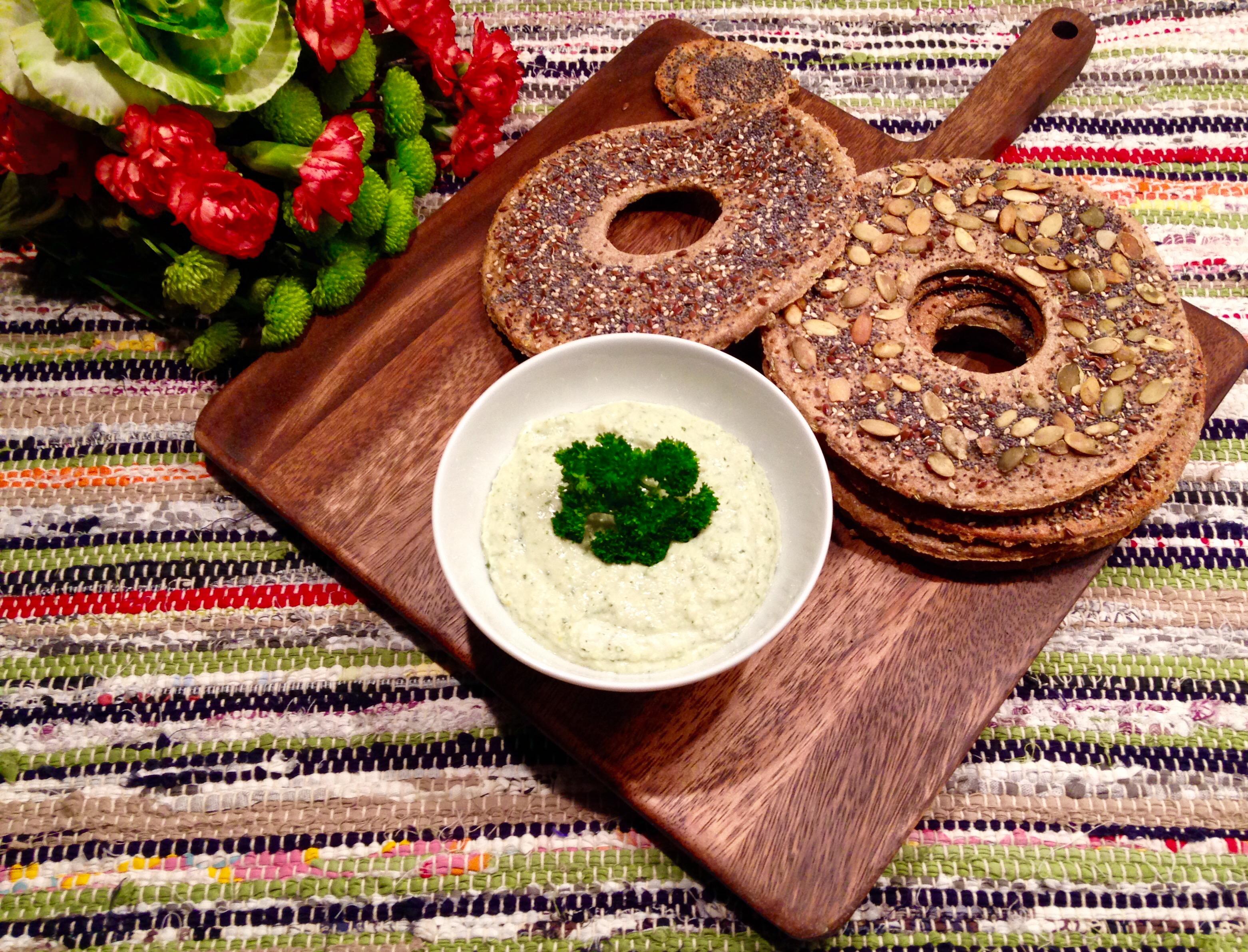 Knäckebröd (pains croustillants au seigle) et dip  de haricots thon-ique