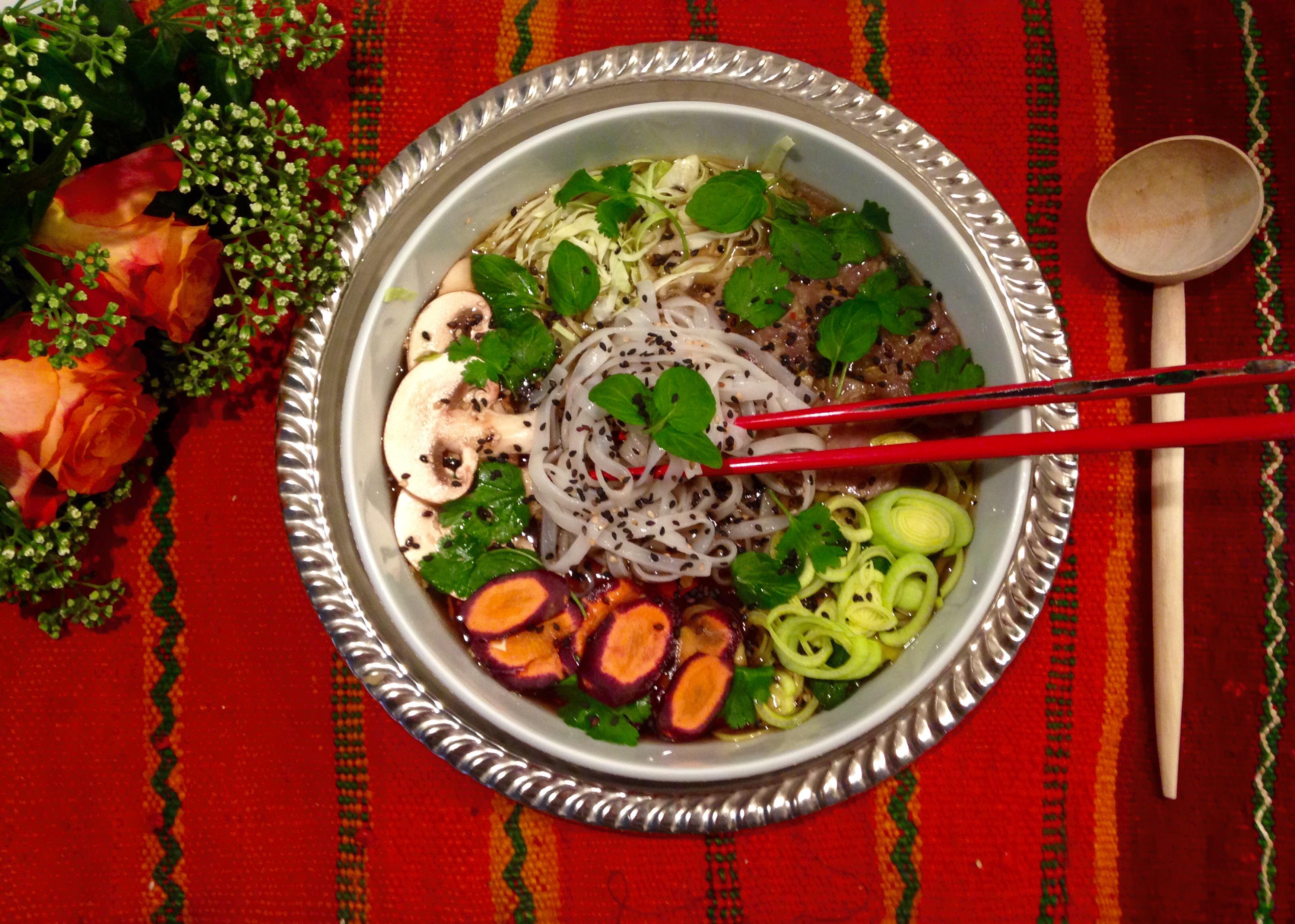 Bouillon de nouilles de riz  citronné aux champignons et aux algues, bœuf mariné à la poire et légumes d'hiver