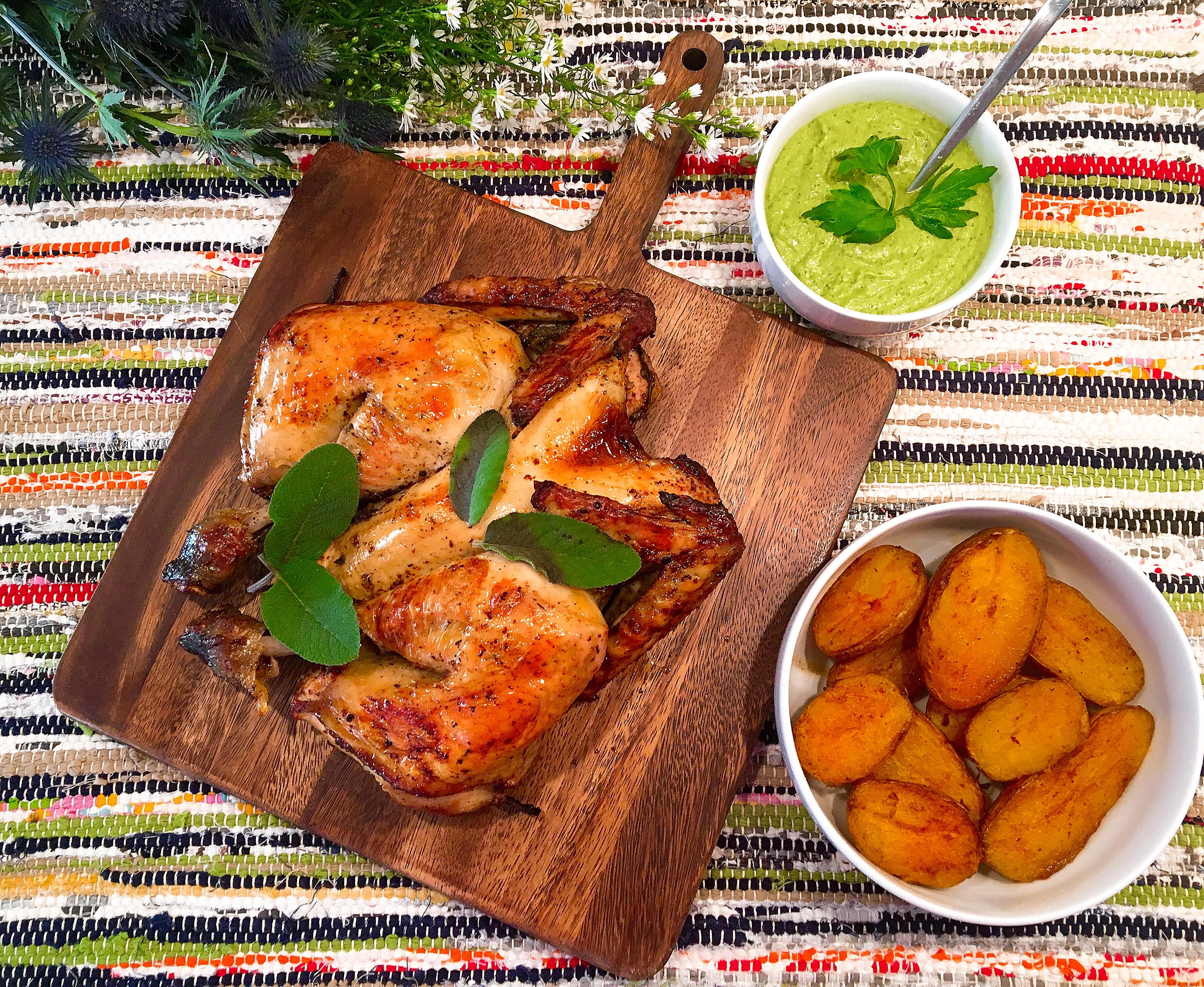 Poulet crapaudine au sumac et sauce bagnet verde aux fanes