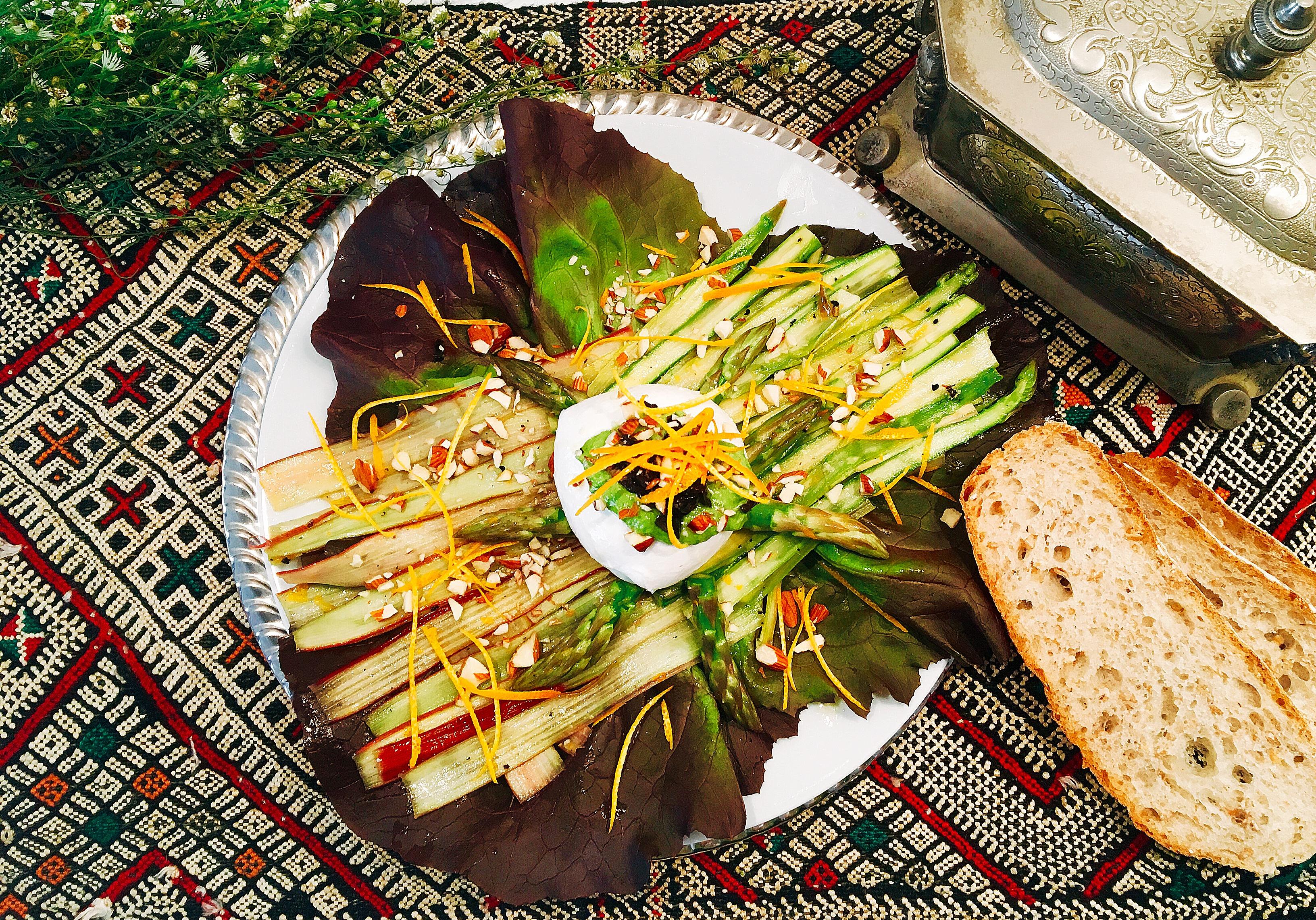 Salade de rhubarbes et d'asperges marinées à l'orange