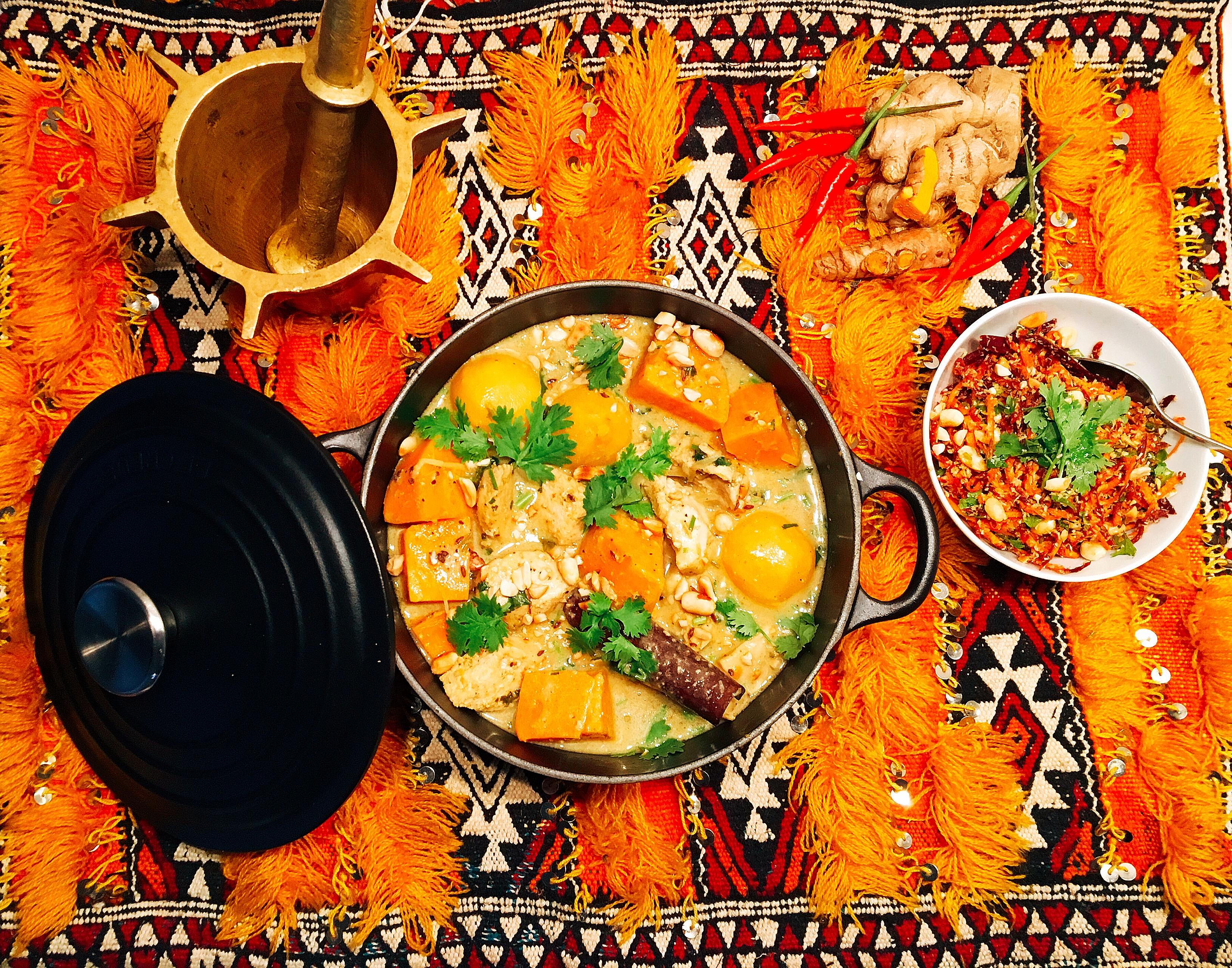 Curry Massaman de poulet à la patate douce et aux navets, kochumbir de carottes