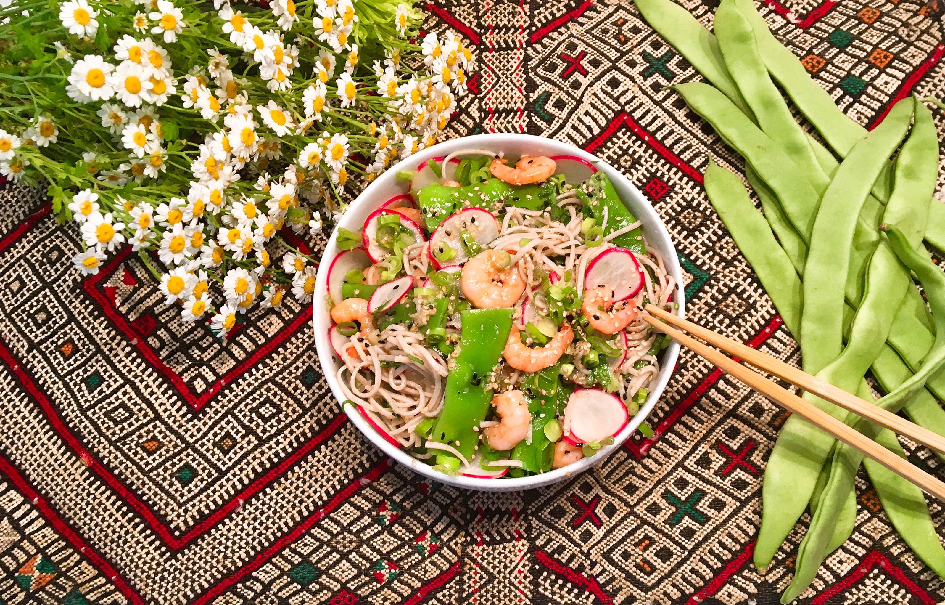 Salade de nouilles de sarrasin aux haricots sabres, radis et crevettes