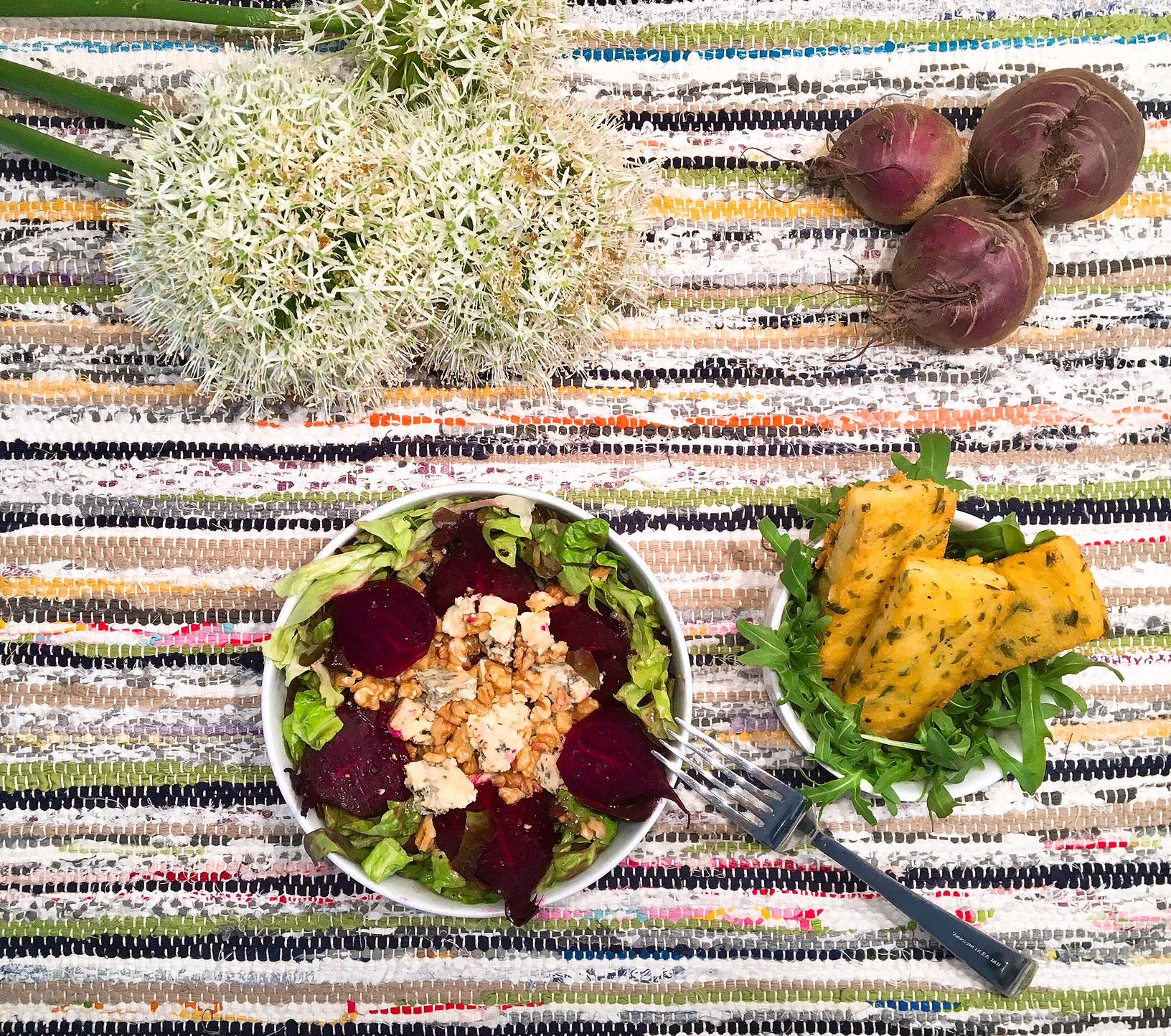 Salade de jeunes betteraves rôties au bleu et aux noix, bâtonnets de polenta au persil