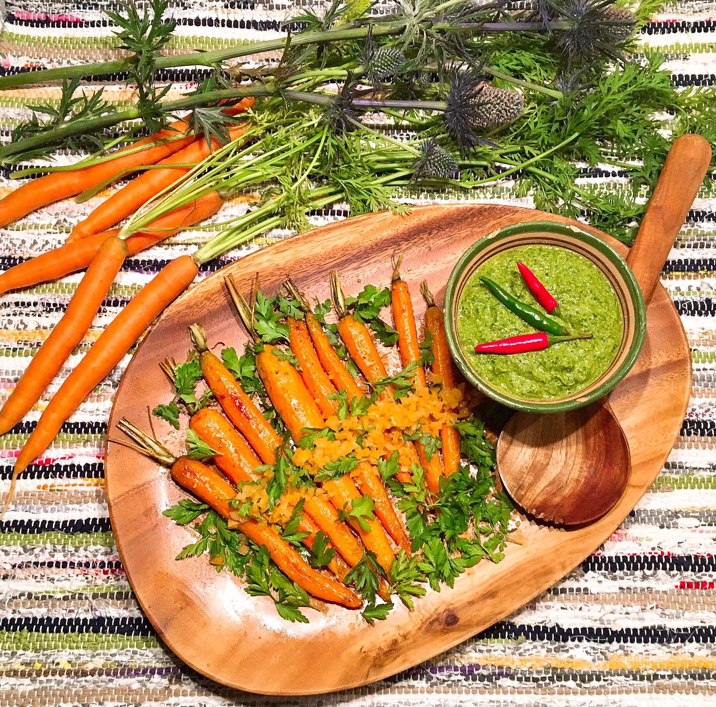 Jeunes carottes rôties au citron confit, zhoug/sahawiq yéménite aux fanes