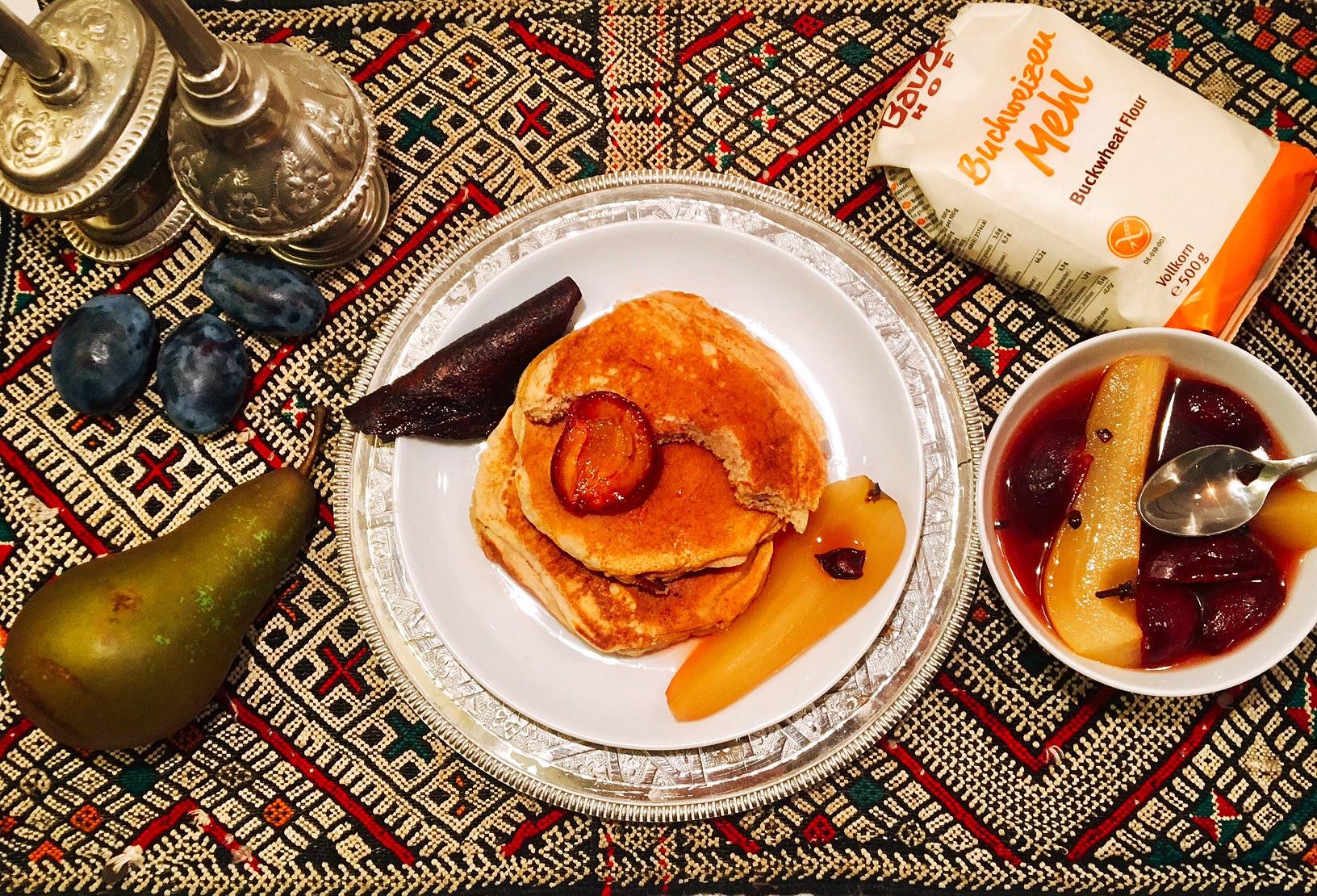 Pancakes au sarrasin, fruits pochés aux épices  et au jus de pomme