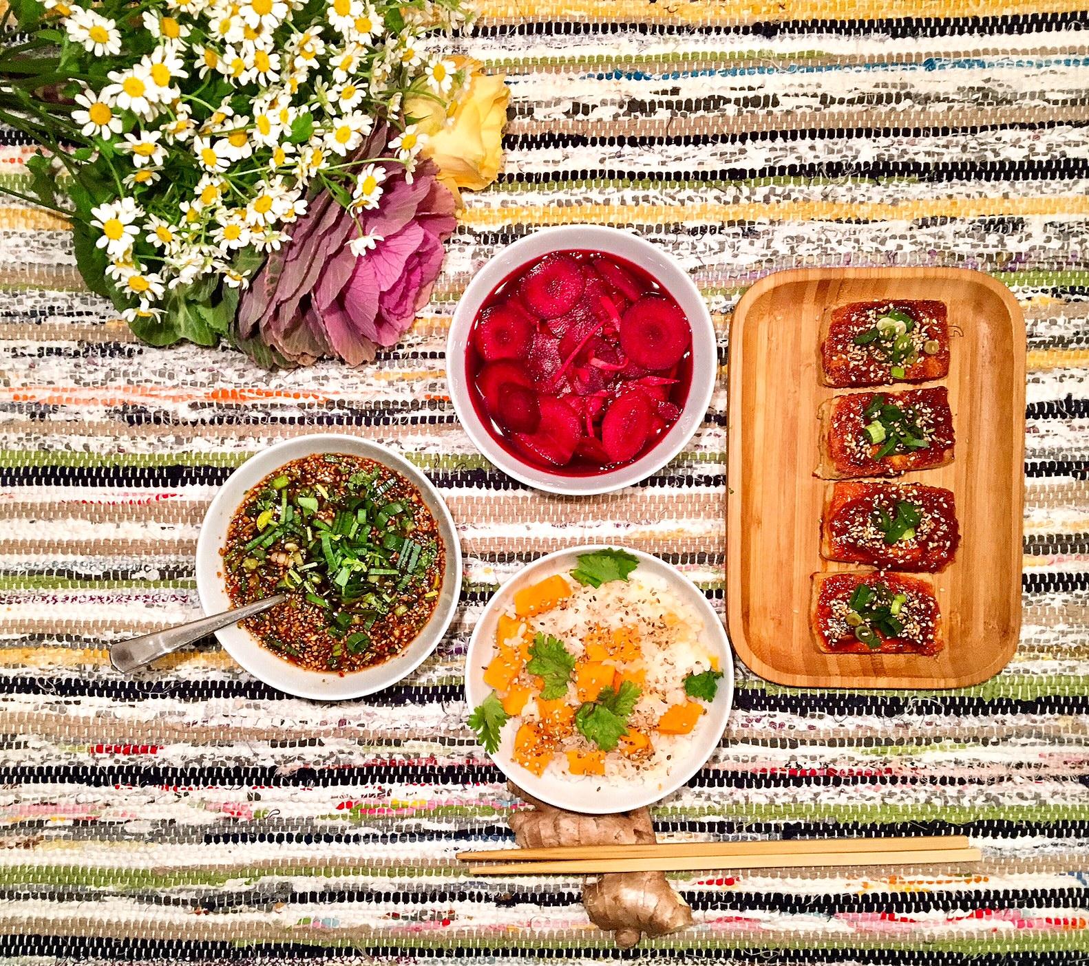 Tofu laqué au gochujang, goguma-bap et pickles de carottes mauves