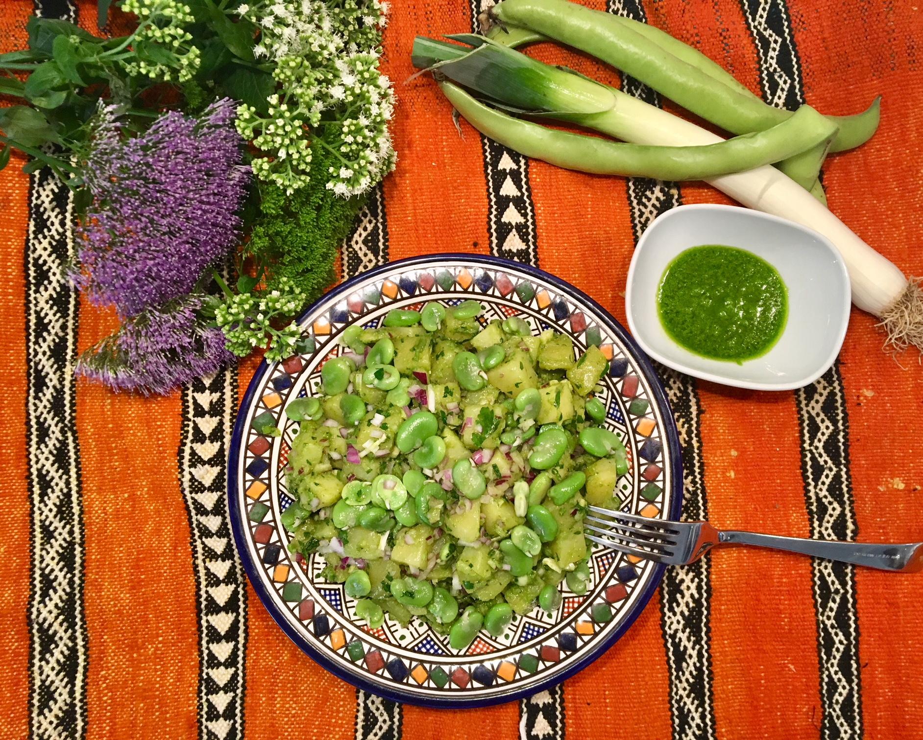 Salade de pommes de terre aux fèves, cumin et huile de vert de poireau