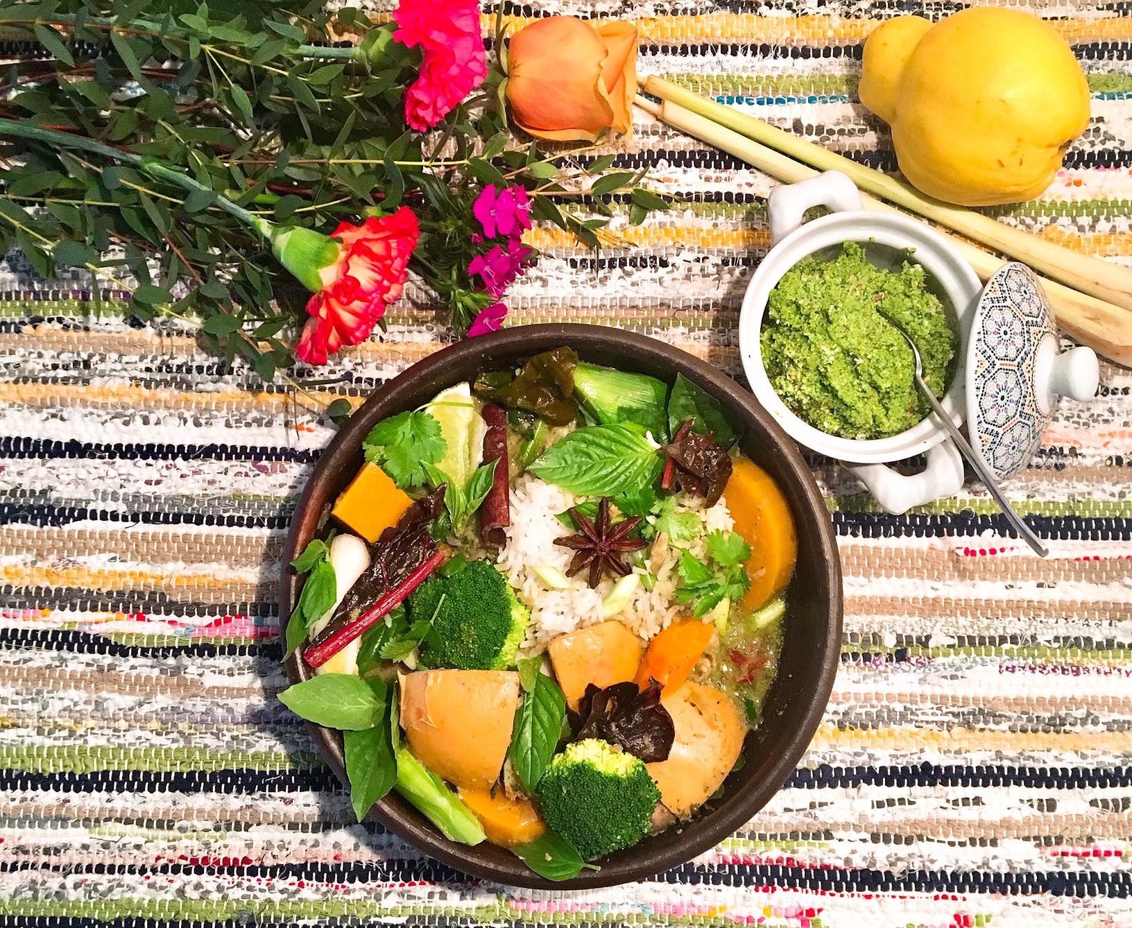Curry vert végétalien de coings façon thaï, condiment à la noix de coco