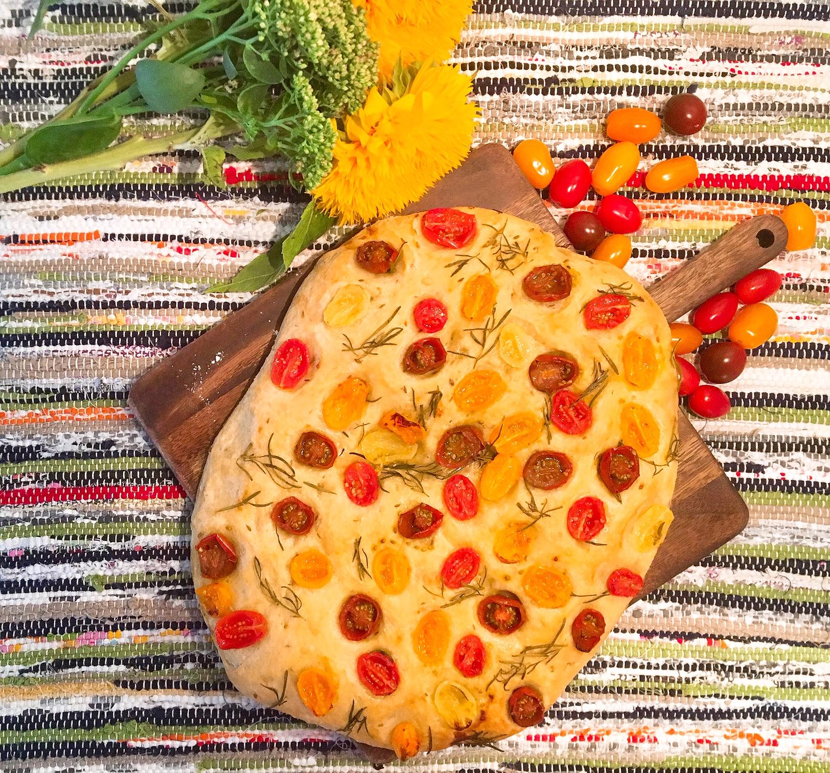 Focaccia aux tomates cerises, graines de cumin et romarin