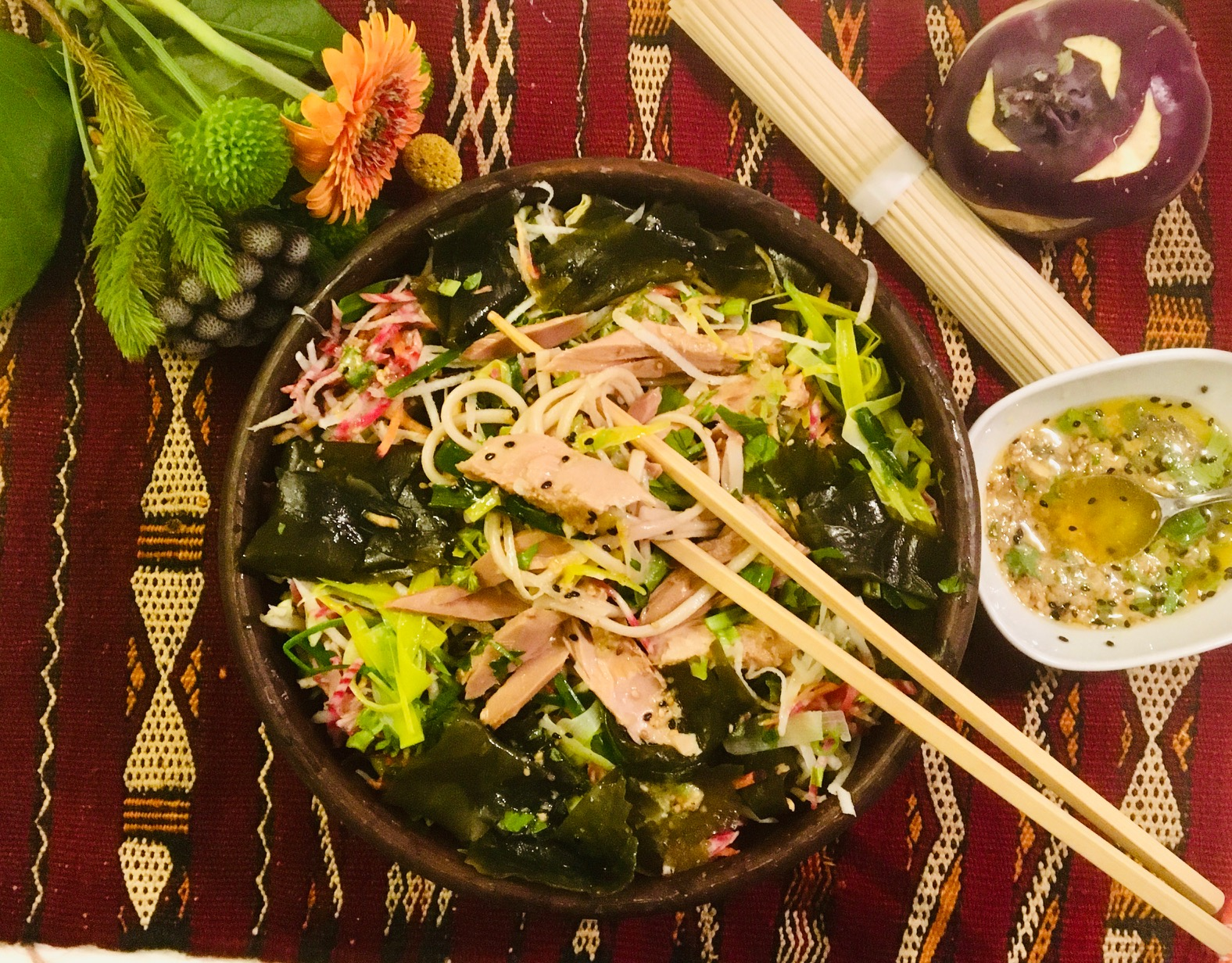 Salade de nouilles au thon, algues et légumes du jour, vinaigrette au miso et au gingembre
