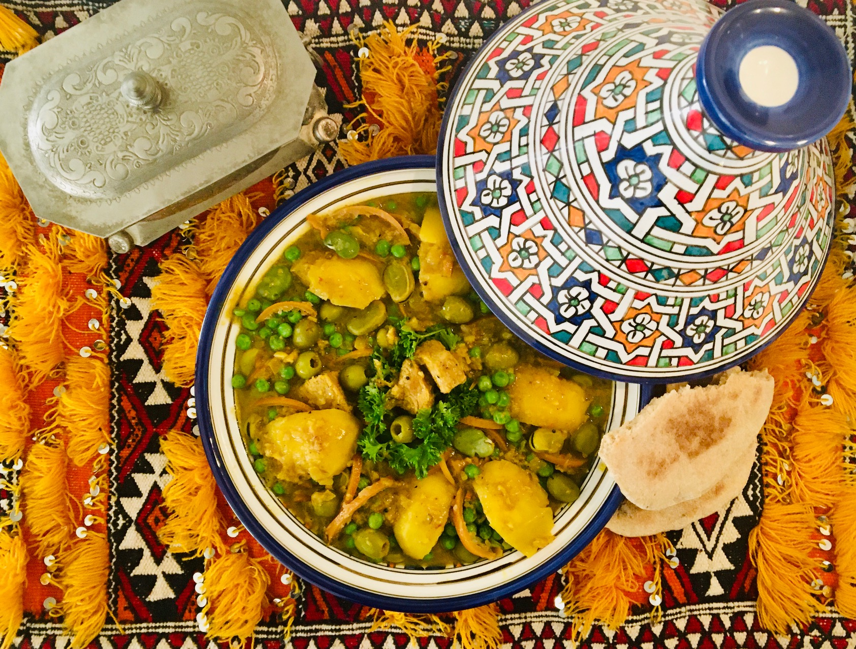 Tajine de veau aux fèves, petits pois, pommes de terre et olives
