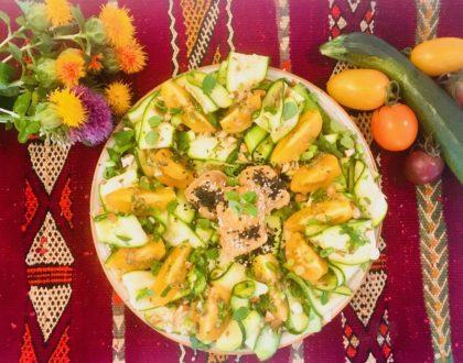 Carpaccio de courgettes à  l'origan et aux tomates, halloumi saganaki